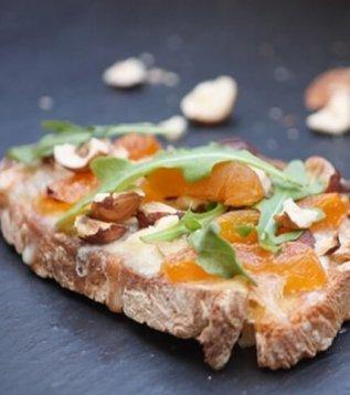 Tartines au reblochon et aux noix